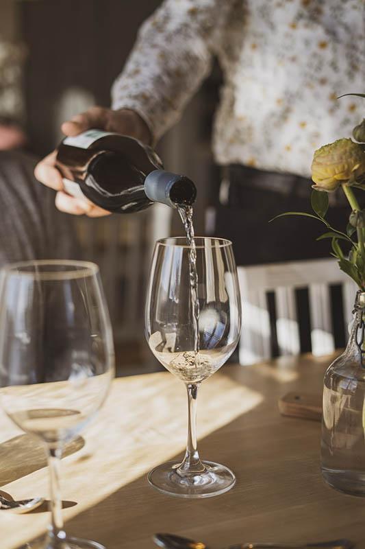 Sam Serving wine hotel hyppeis